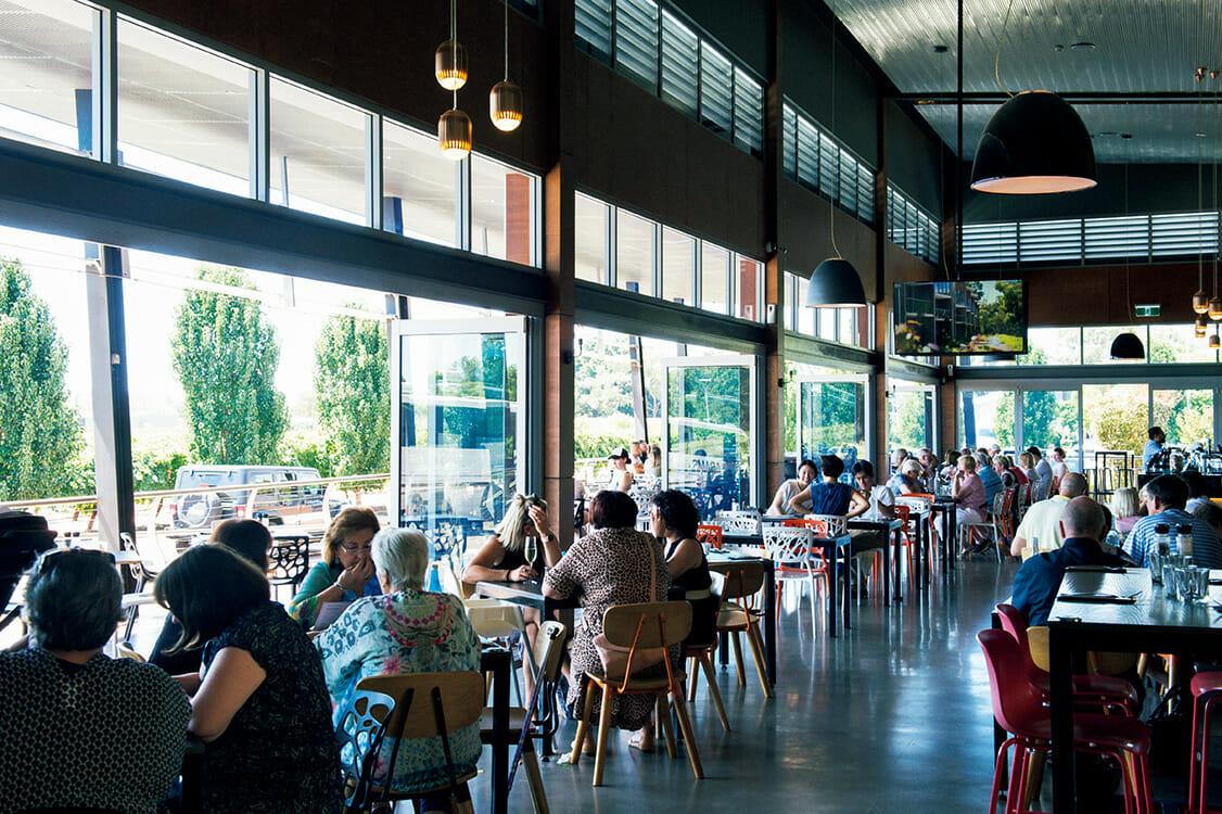 スワンバレーにはワイナリーだけでなく、ブリュワリーも多い。人気ワイナリー〈mandoon Estate〉に併設された〈HOMESTEAD BREWERY〉は10種のクラフトビールが揃う。 https://mandoonestate.com.au