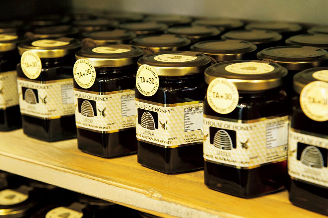 〈THE HOUSE OF HONEY〉には、原生林で採取されたワイルドな蜂蜜が並ぶ。管理する600の巣箱は西オーストラリアの各地に置かれ、花の季節ごとに品揃えが変わる。 https://www.thehouseofhoney.com.au