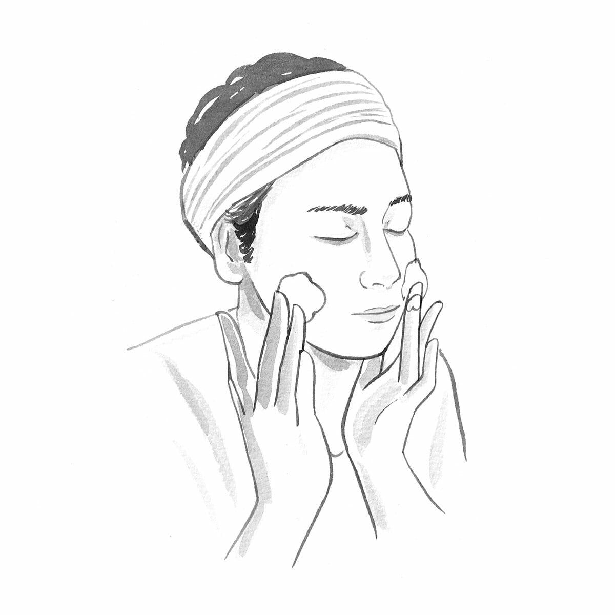 2.中指と薬指のみで洗う。洗顔の際、指の第1関節の腹部分で円を描きながら、泡を転がすような感じで洗うが、この時に使う指は、人差し指ではなく、中指と薬指がおすすめ。その理由は、人差し指は日常生活での使用頻度が高いため、指先の皮膚が硬くなっているから。敏感な皮膚のマッサージには向いていないのだ。