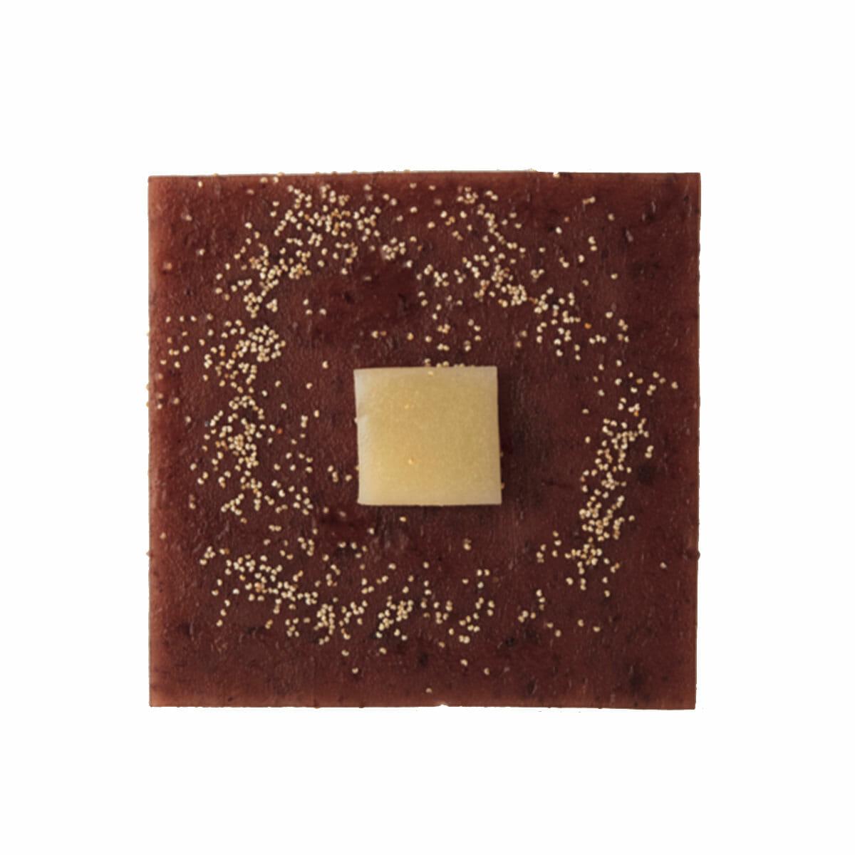 最高級丹波大納言小豆が風味豊か。沖縄の塩を効かせたバター羊羹はミルキー。