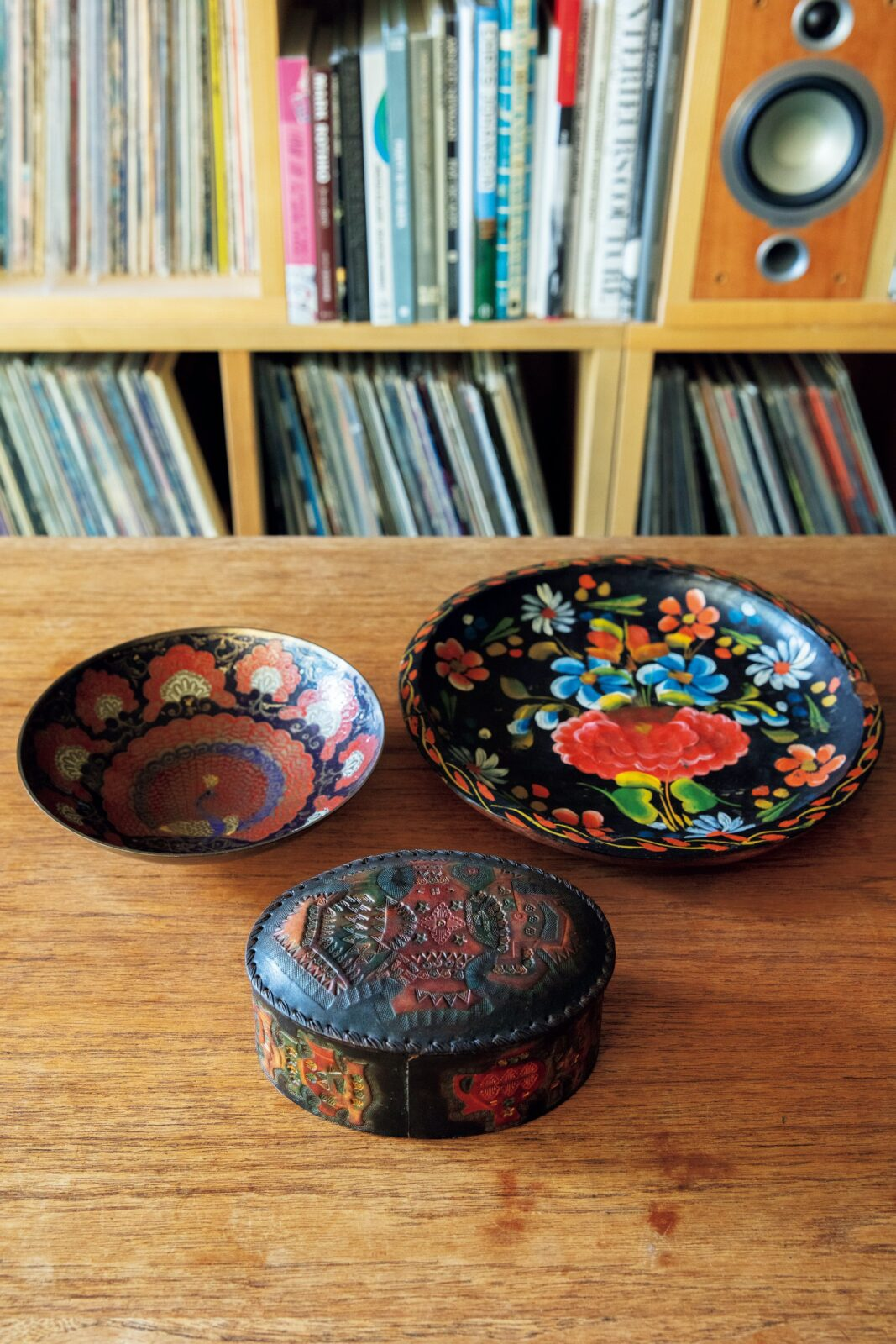 リビングのテーブル上には、色味を揃えた絵皿とアクセサリーケースが。左は護国寺の骨董市で購入したメキシコの品。右は〈アウトオブミュージアム〉で入手。「きっと東南アジアのもの」というアクセサリーケースは浦和の骨董市にて。