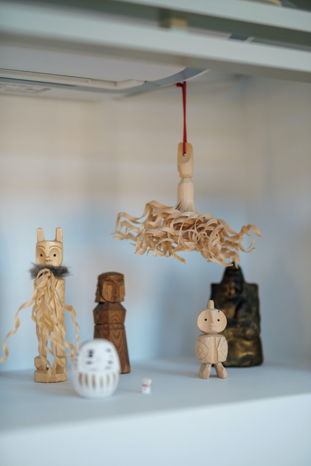 エアコン下に飾られた木彫りたち。頭にツノのようなものが生えている人形は北方民族へのオマージュから生まれた網走の民芸品「セワポロロ」。3年ほど前に網走市内の大広民芸店で購入。