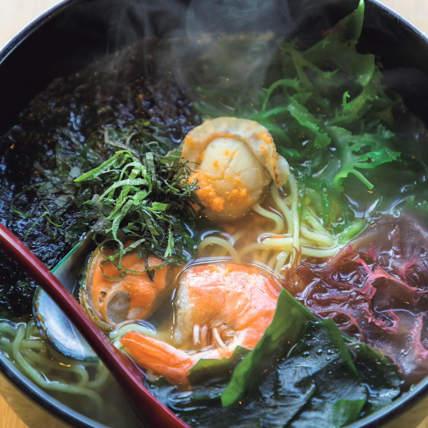 イチゴ煮を思わせる、磯の風味が魅力の〈小舟渡〉の磯ラーメン¥1,000。5月中旬〜8月末には、目の前の海で獲れる生ウニもオンメニュー。