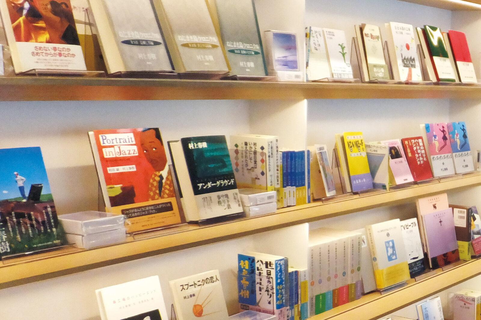 1階ギャラリーラウンジ。村上春樹全作品が並ぶ。中には貴重な初版も。海外の翻訳版も数多くある。