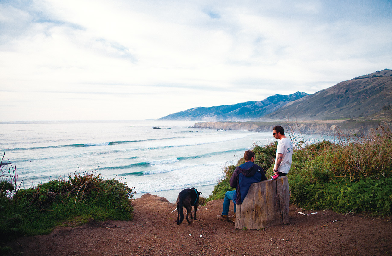お気に入りのスポットを探しに、旅人たちは人の気配ない海沿いを歩き、過ごす。