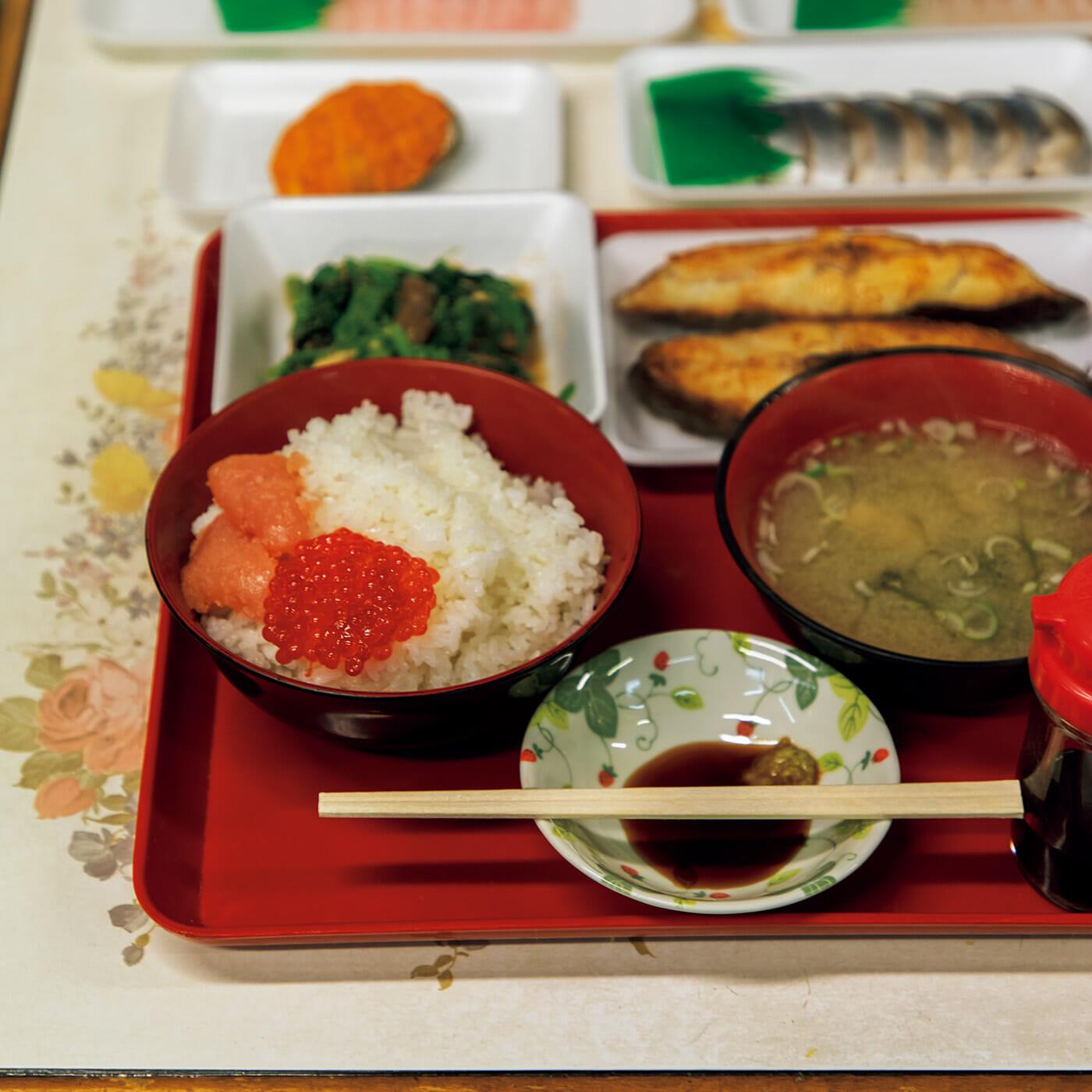 〈朝めし処 魚菜〉のご飯は¥100、味噌汁は¥200〜。刺し身は1パック¥200台が中心。売り場の営業は3時〜15時(店舗により異なる)。