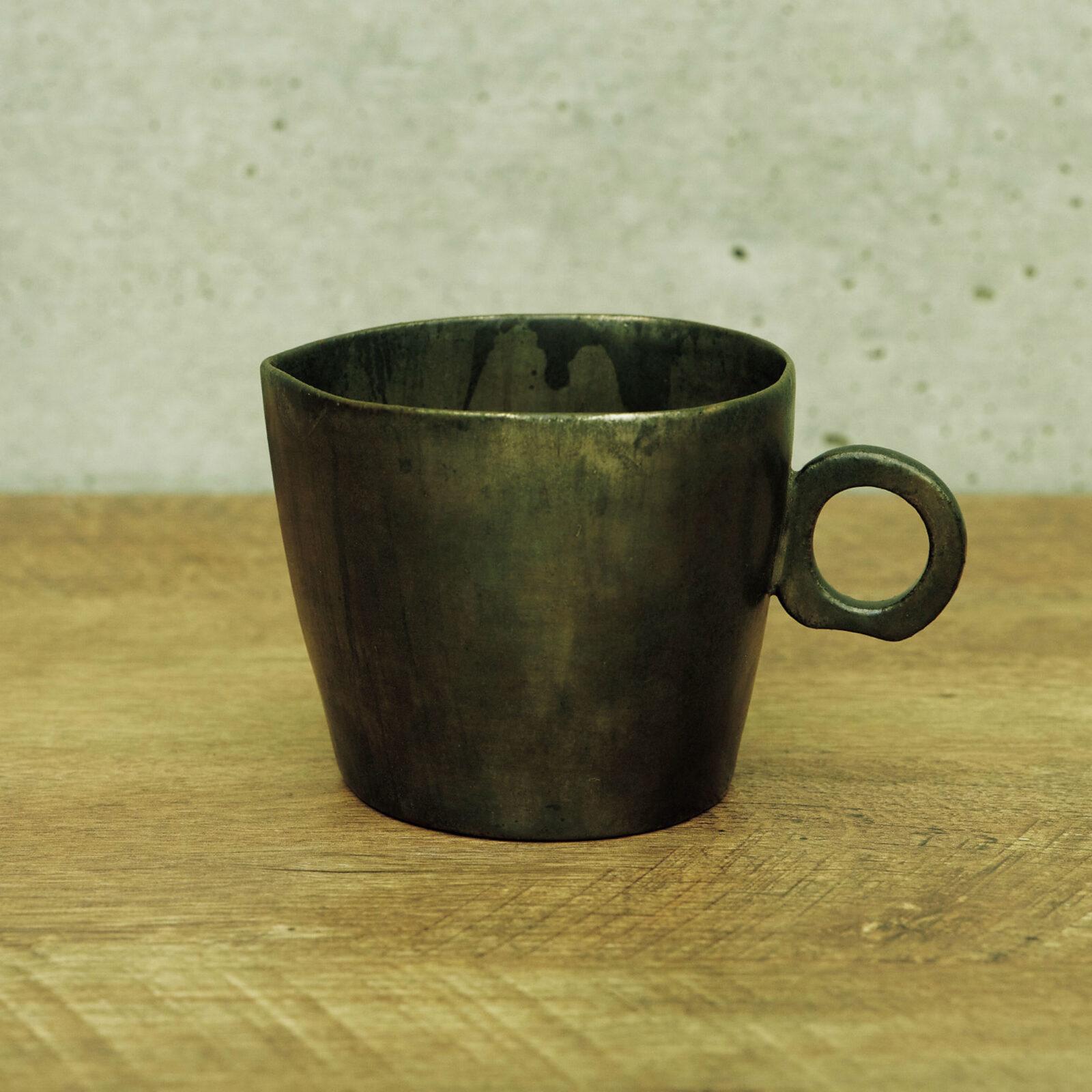 諏訪 敦(画家)安藤雅信さんの銀彩コーヒーシリーズです。もともとエスプレッソ派だったのに、ある時期からミルクコーヒーが好きになって、たっぷり入るものを、と探して見つけました。