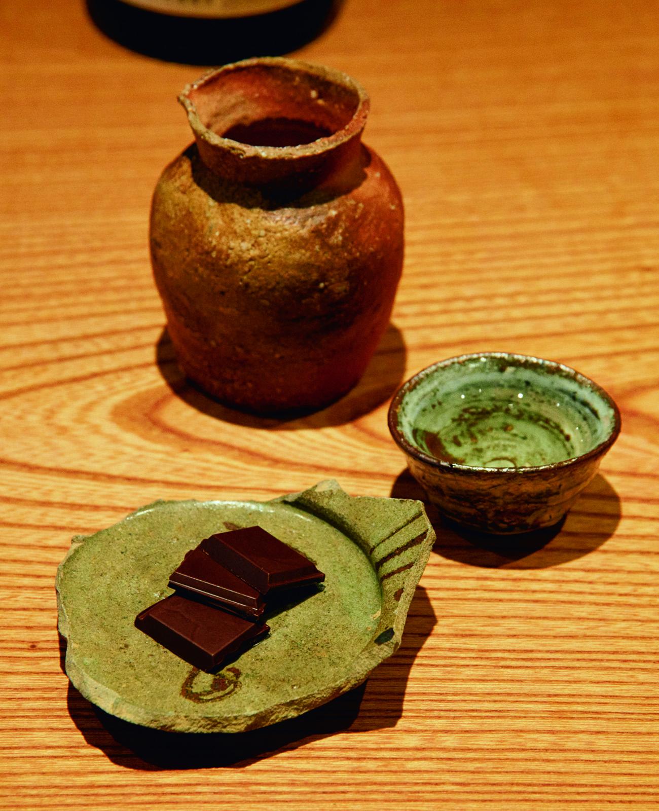 食事の締めくくりに、蔵前〈蕪木〉のチョコレート¥440と燗酒を。