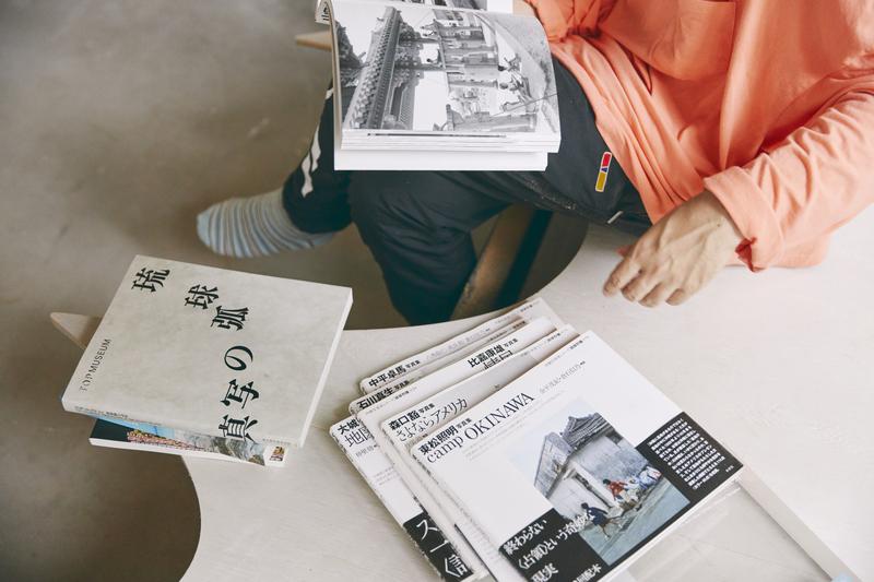 2020年に東京都現代美術館で行われた『琉球弧の写真』展の図録と、さまざまな写真家が沖縄を写した『沖縄写真家シリーズ 琉球烈像』(未來社)。