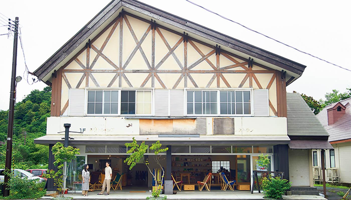 メンバー登録制のコワーキングスペース&中長期滞在者専用のゲストハウス〈yamaju〉。湖畔で楽しめるピクニックセット¥1,200(1名分)はメインをカレーかおでんから選べる。住所:十和田市奥瀬十和田湖畔休屋486   地図