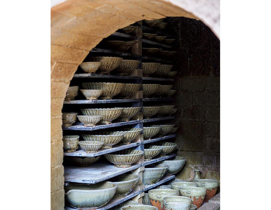 余宮隆さんの登り窯は江戸時代に有田で磁器用に使われていた窯を再現したもの。ヒノキと樫で焚き、双方の燃焼特性を生かして窯内の酸化・還元状態を調整しながら焼き上げる。