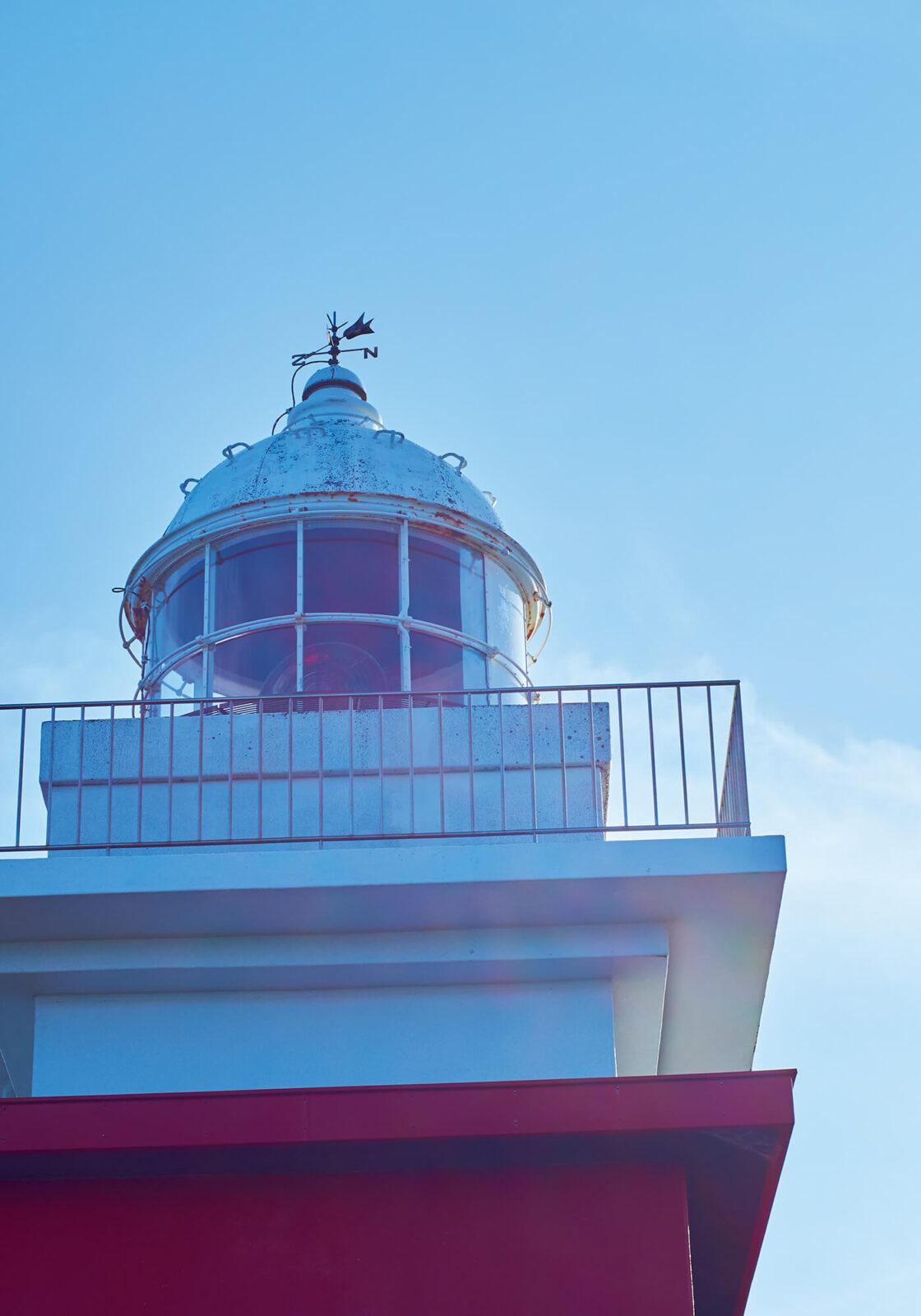 落石岬灯台は北海道で10番目に設置された歴史のある灯台で「日本の灯台50選」にも選出されている。紅白の塗り分けは目印として、特に積雪期でも目立つようにと施された。