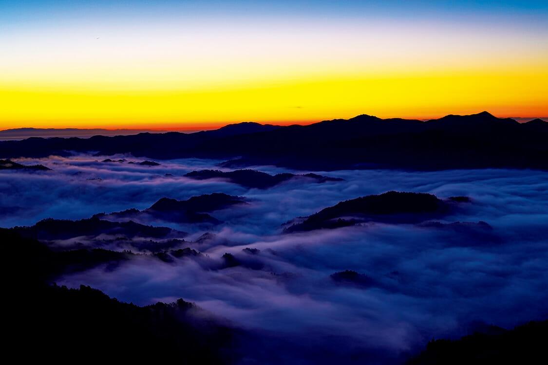 3月の取材日は奇跡的に晴れ、朝6時の日の出とともに雲海が神々しい光を帯びた。聞こえるのは風の音だけ。天空の丘には誰もいない。言葉を失うほど美しい。