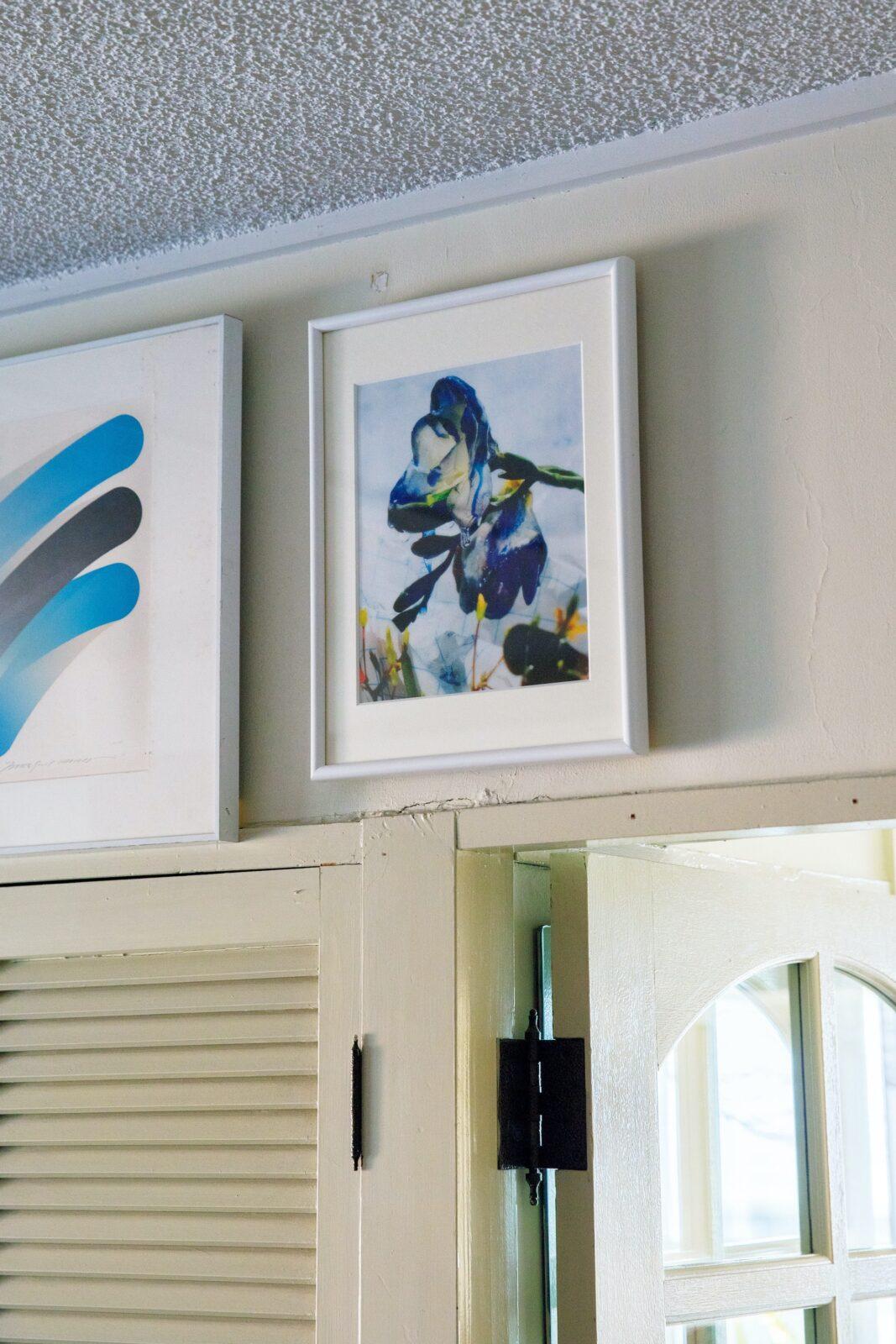 ダイニングの壁に飾るアートは適宜アップデートする。左は〈アウトオブミュージアム〉で購入した版画家、原健のリトグラフ。右はコロナ禍のドネーションに参加して入手した、フランスの写真家、アルノー・ラジュニエが撮影した花。