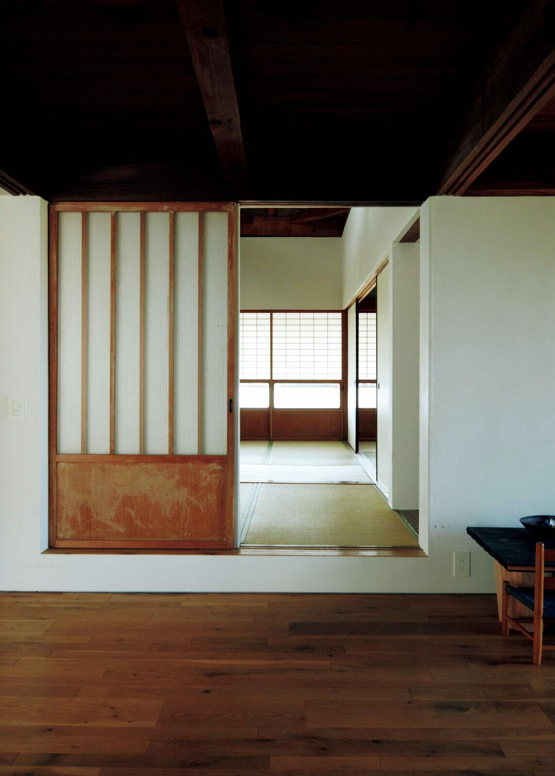 リビングからも小上がりへ直接アクセスできる。いくつもの建具がレイヤーのように重ね合わされた、からくり箱のような家でもあり、その建具の開け閉めの組み合わせで空間のボリュームや景色の見え方が変わる。