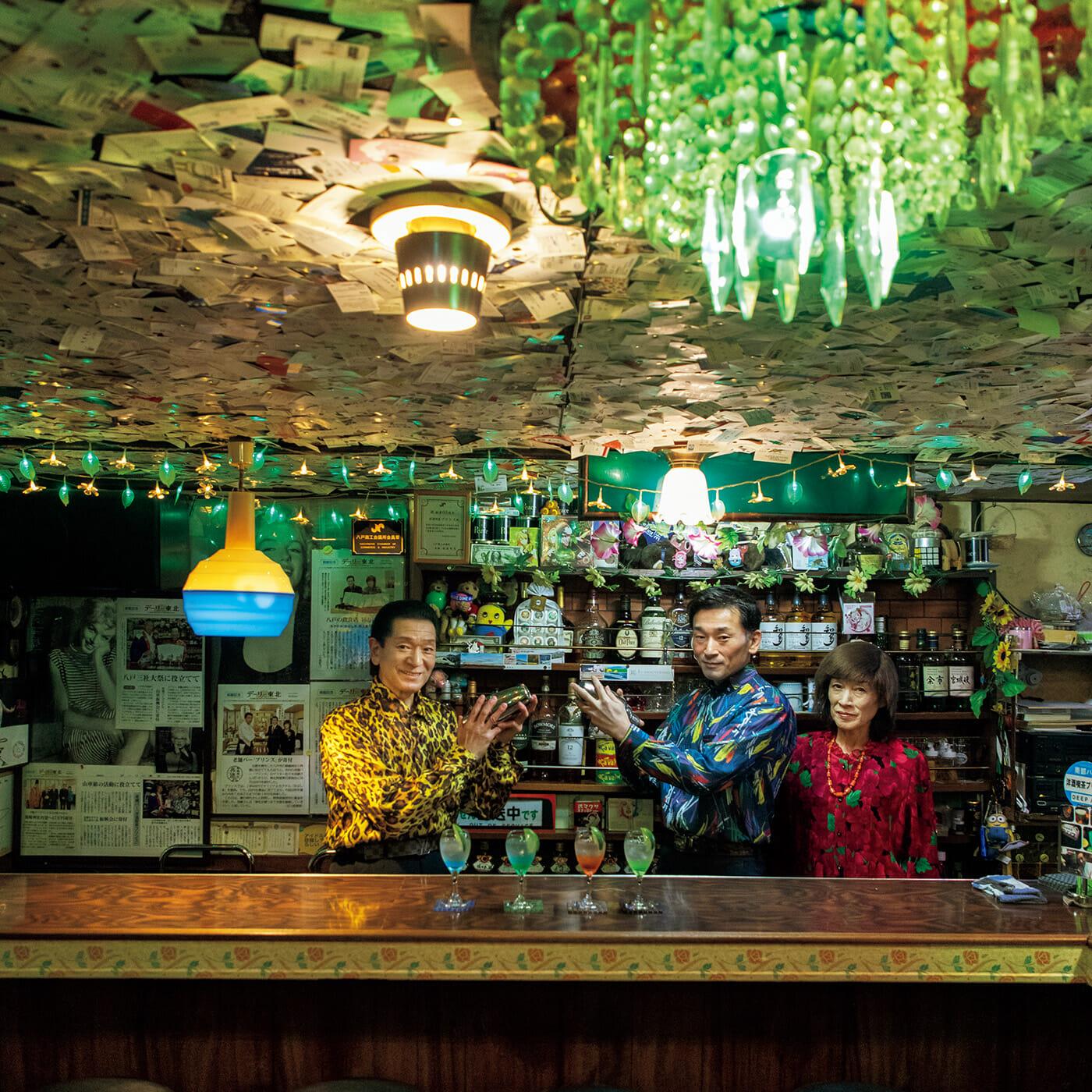 シャンデリアがきらびやかな〈洋酒喫茶プリンス〉の店内。左から、店主の佐々木良藏さん、息子の康貴さん、妻の幸代さん。ポーズが決まる。