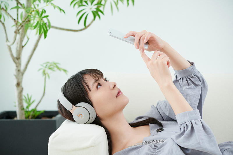 音楽を聴く時は〈Beats〉のワイヤレスヘッドホンを愛用。