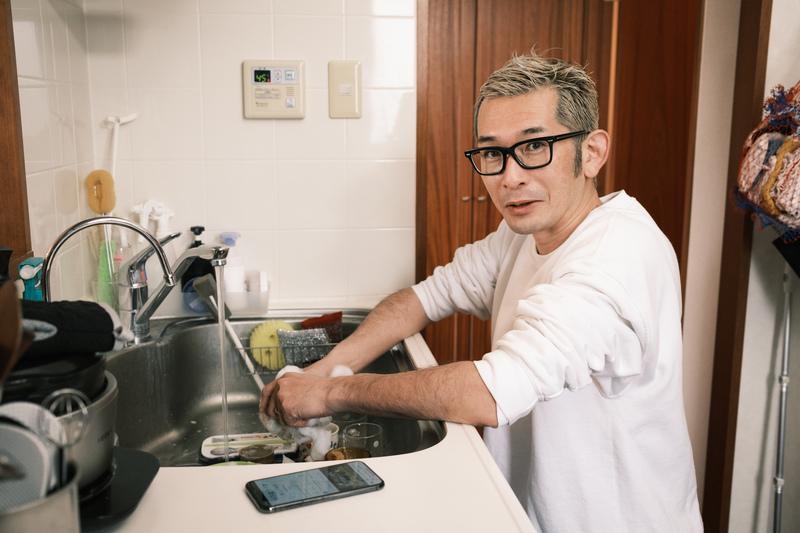 ラジオを聴きながら洗い物。神田伯山や伊集院光、爆笑問題などTBSラジオの番組を聴くことが多いという。
