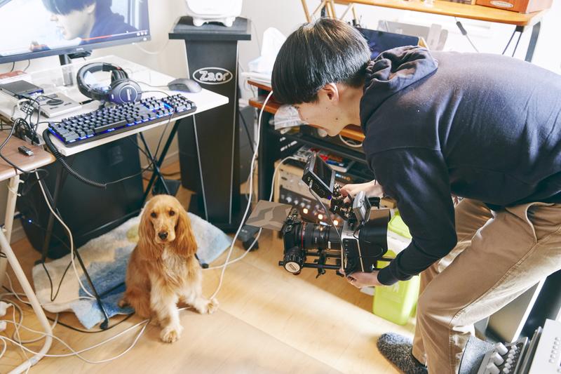 撮影の息抜きで愛犬の「エバ」ちゃんにレンズを向けるも、「いつも逃げられちゃうんですよ(笑)」。