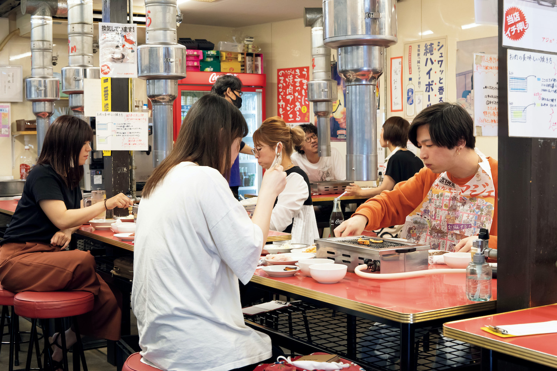 週末は開店と同時に満席になることも多い。京都の街並みがコミカルに描かれた紙エプロンもユニーク!