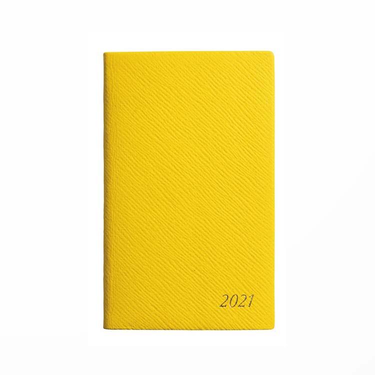 〈スマイソン〉のダイアリー職人が製本するパナマダイアリーは英国の老舗の100年続くロングセラー。写真は2021年の新色。黒など定番色も。¥9,000(ヴァルカナイズ・ロンドン TEL:03-6264-5140)