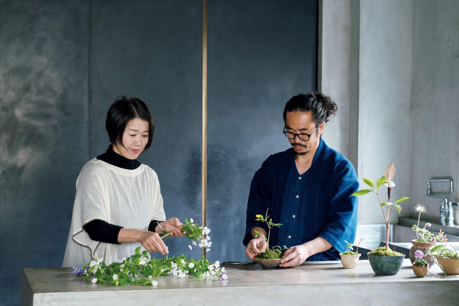 ガラスボウルの片側に寄せてラフに生けたい。山下郁子さん(左)と宮原圭史さん。