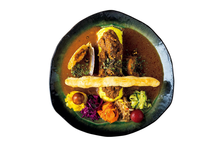 カレー3種 ¥1,380チキンカレー、キーマカレー、アサリとホタテのカレー、ゼッポリーネ、副菜。