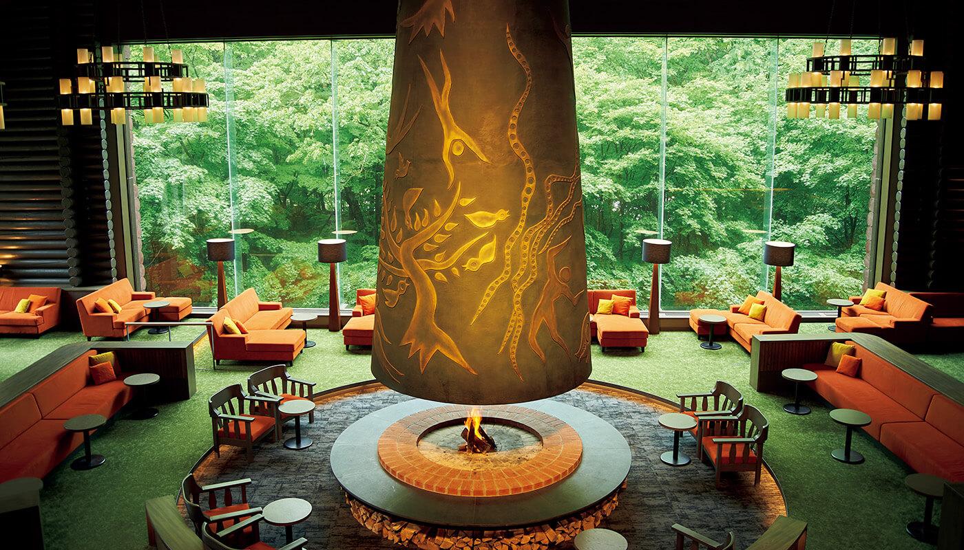 〈星野リゾート奥入瀬渓流ホテル〉のホテルのロビー「森の神話」には、岡本太郎が制作した巨大な暖炉が聳える。