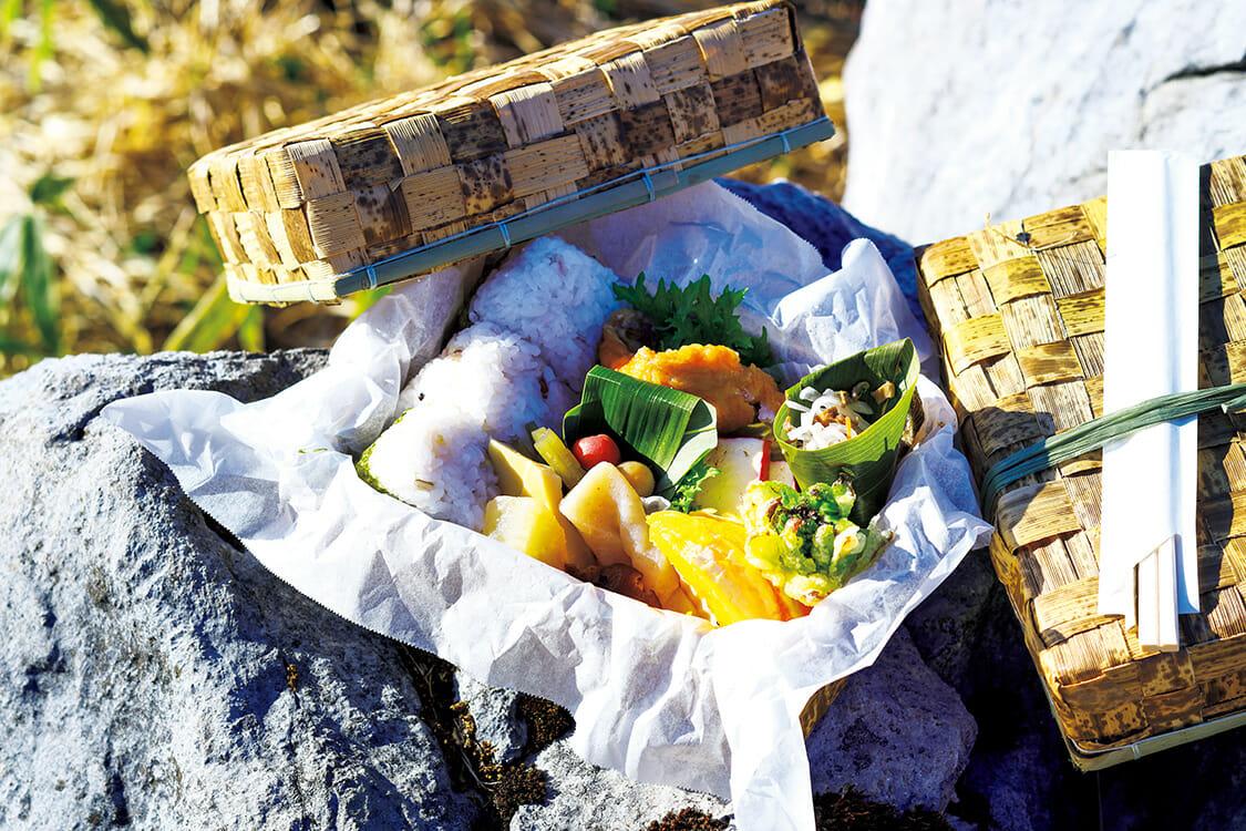 笹かごには、仁淀川育ちのアメゴや山菜炊き合わせ、津野山チーズに五穀米おにぎり3つが入る。2日前までに要予約。¥1,000。