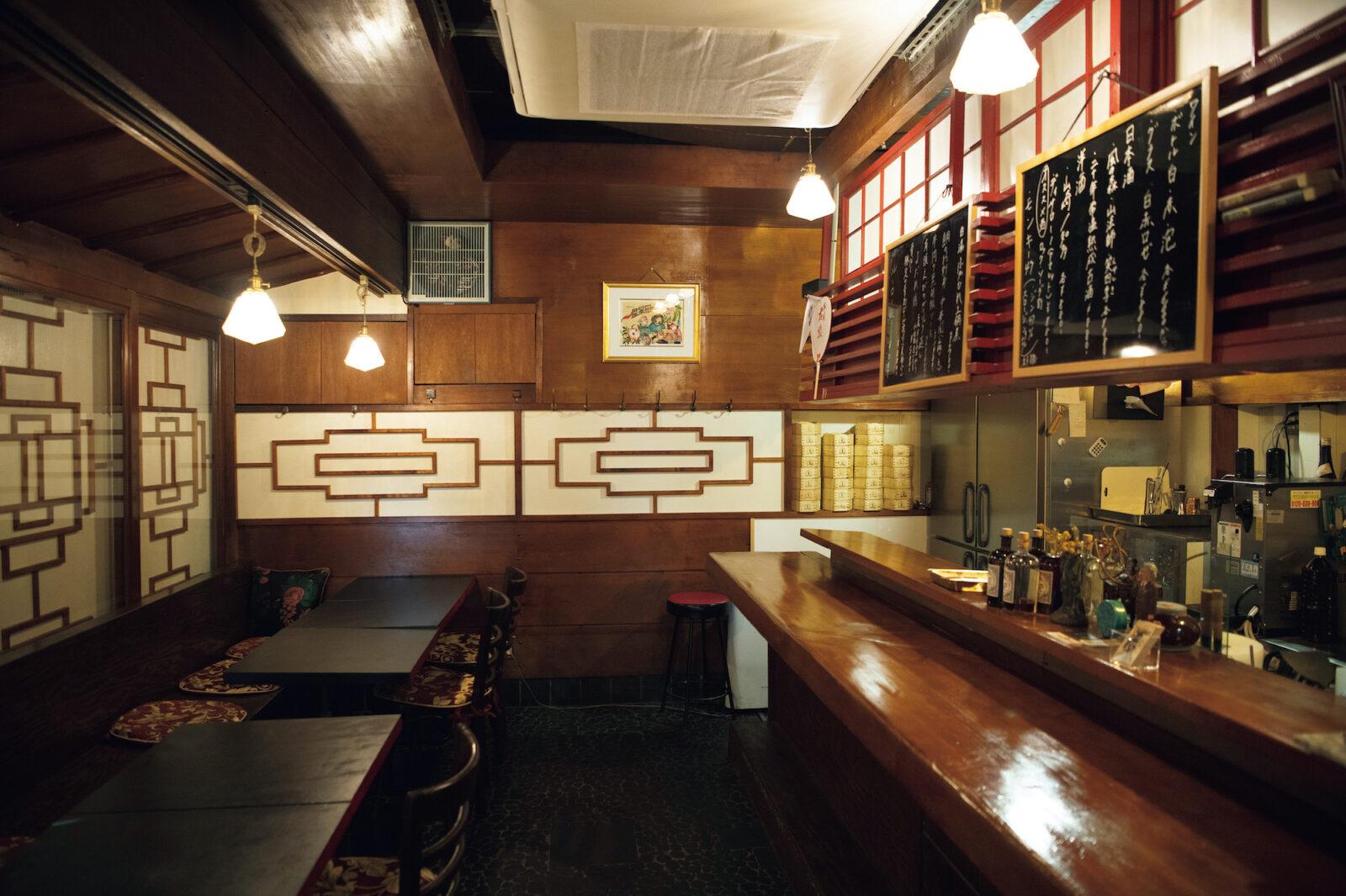 路地裏にある隠れ家のような薄暗い店内で、広東系中華を中心に提供。