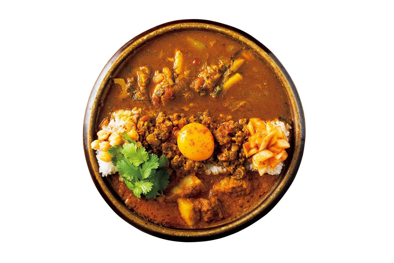 チキン&キーマ&ポークビンダルー ¥1,500チキンカレー、キーマカレー、ポークビンダルー、タマネギアチャール、パクチー、ゆでヒヨコ豆、卵黄。