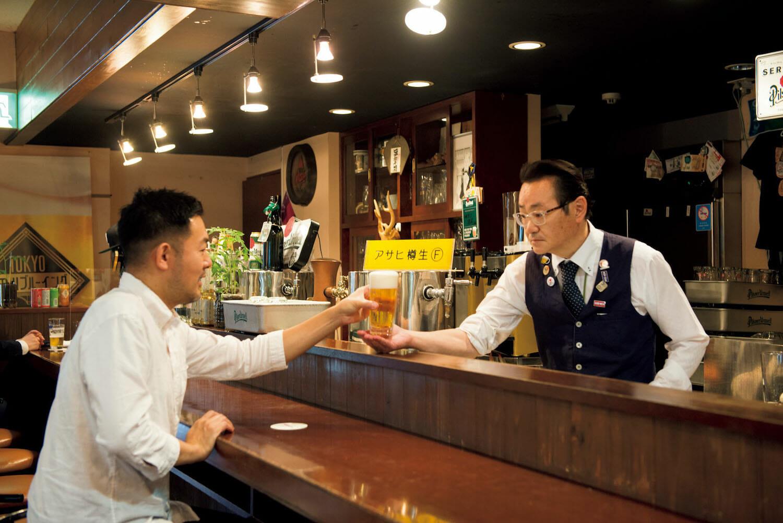 """グラスの底を包み込むように持ち、ゲストの手に直接渡す""""松尾出し""""も名物。"""
