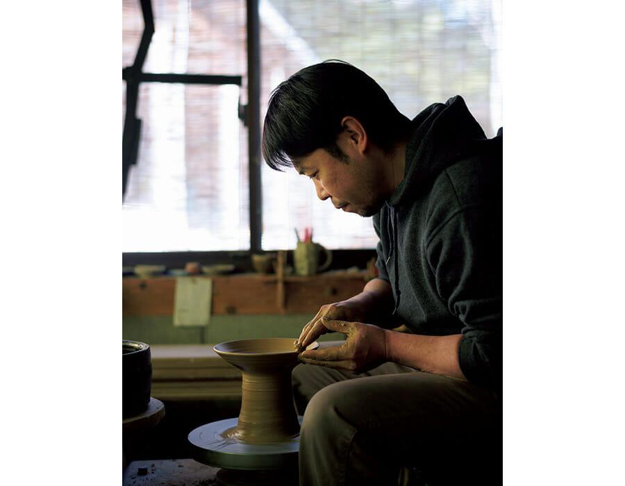 作陶は「焼きから逆算して考える」と、余宮さん。唐津〈隆太窯〉で修業、天草〈丸尾窯〉で働いた後に独立。実家は居酒屋で料理の腕もプロ級。工房で燻製づくりなども行う。