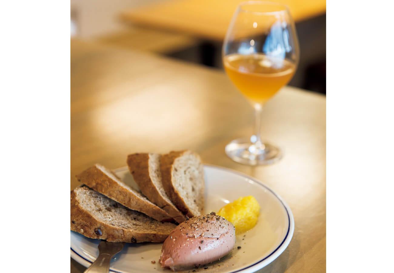 定番の白レバーパテは季節でソースが替わる。本日はパイナップル。自家製パン付きで¥550。アルザスのオレンジと。¥1,320。
