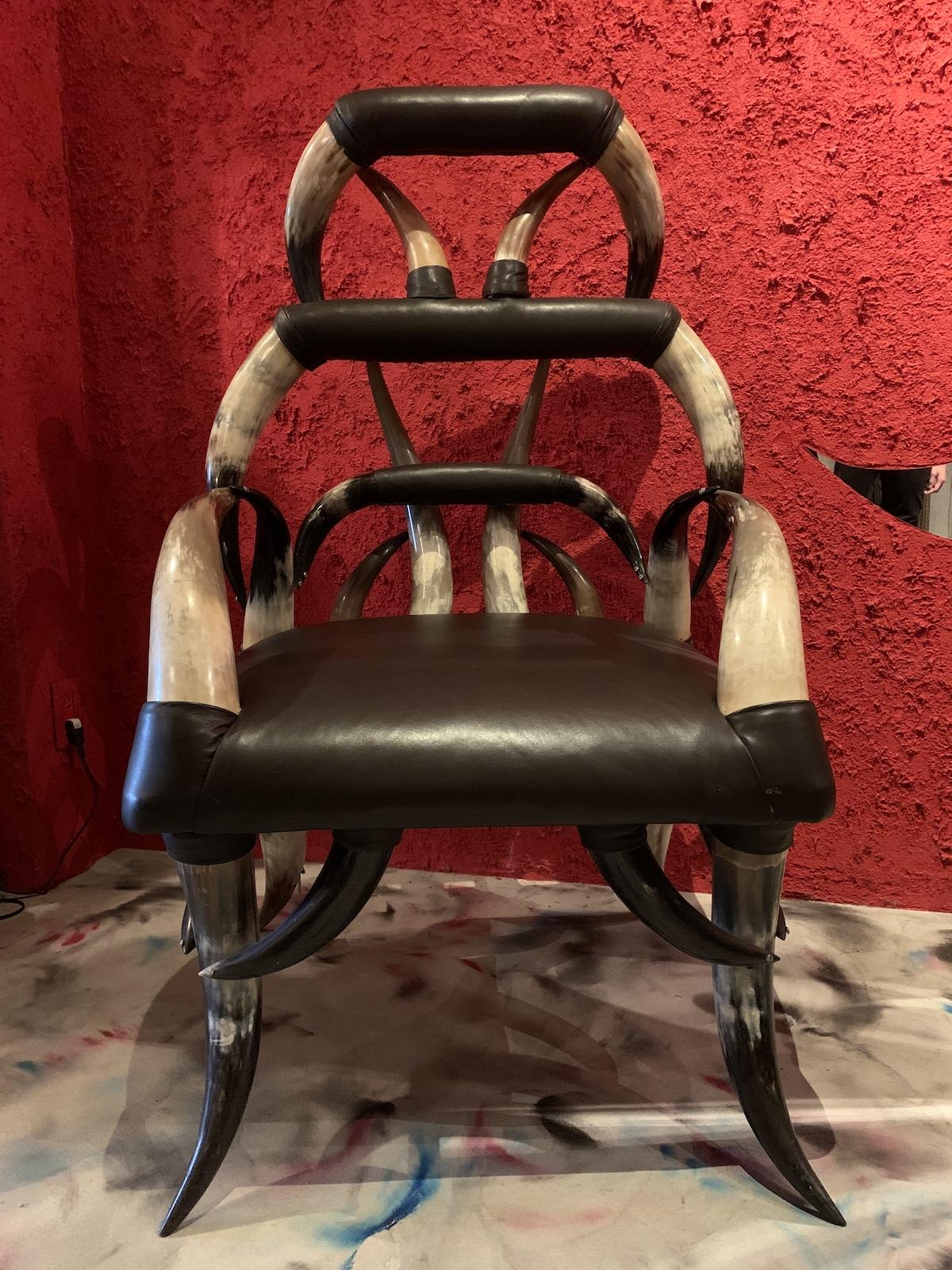 水牛の角で制作された、穏やかじゃない雰囲気のヴィンテージの椅子。悪魔が座る玉座のようだ。¥330,000