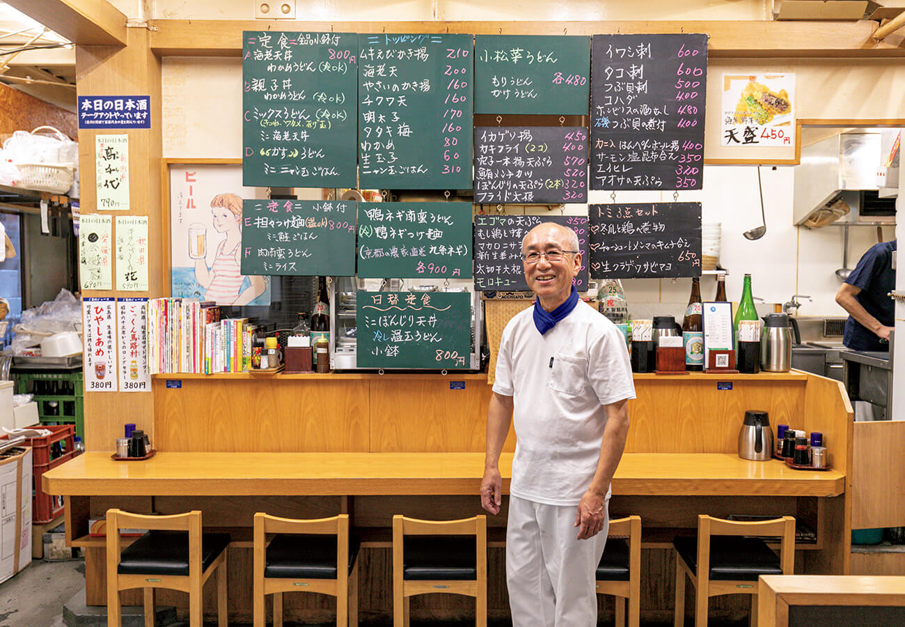 「俺はうどんと魚料理の専門」と守田さん。惣菜は相棒のトミさんが担当、日替わりのトミ3点セット¥650も人気。日本酒はグラス¥590〜。