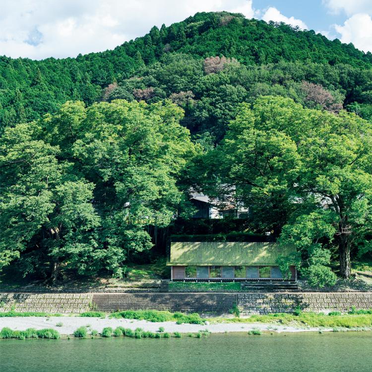 吉野川の対岸から見る〈吉野杉の家〉