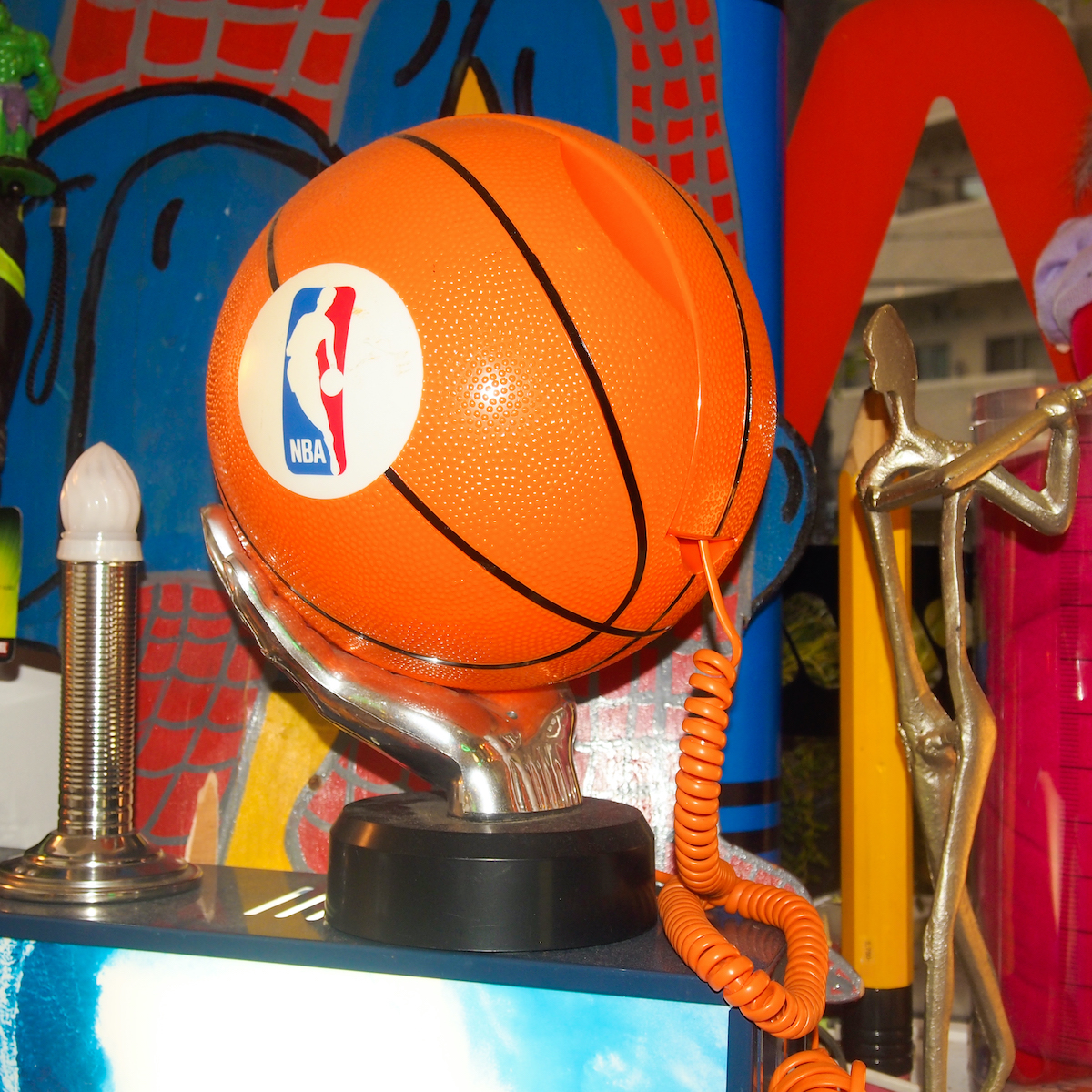 NBAロゴのバスケットボールの形をした電話。もはや固定電話は不要な今日このごろだが、オブジェとして飾りたい。¥11,000