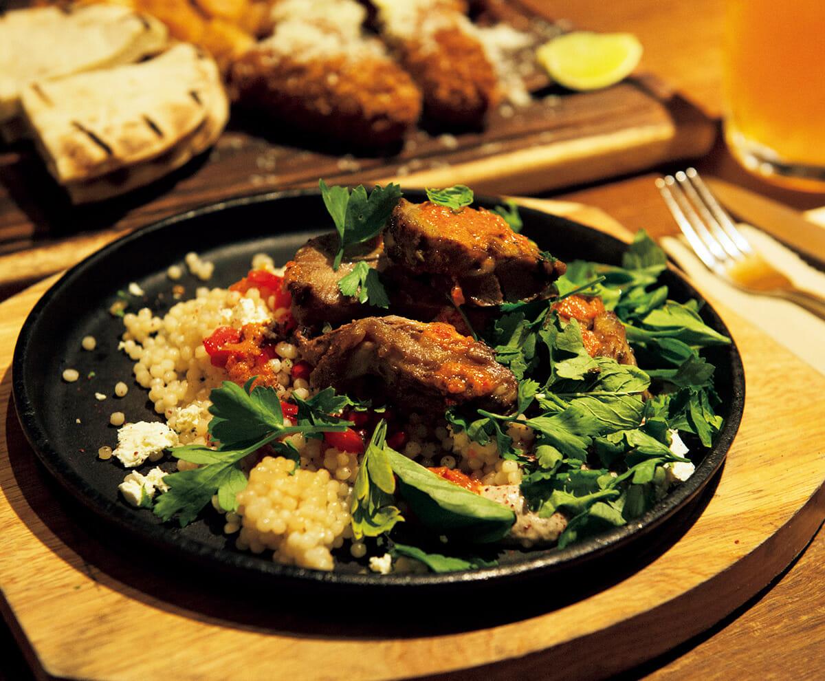 """パースには移民も多く、食の選択肢も豊富だが""""らしい""""料理はやはり肉だろうか。その名も〈HUNTER & BARREL〉では、ラム、ビーフなどのステーキを豪快に食べられる。 https://hunterandbarrel.com/au/"""