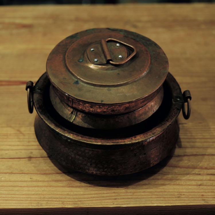 ネパールの真鍮鍋。スパイスカレーやスープはこれに限る。