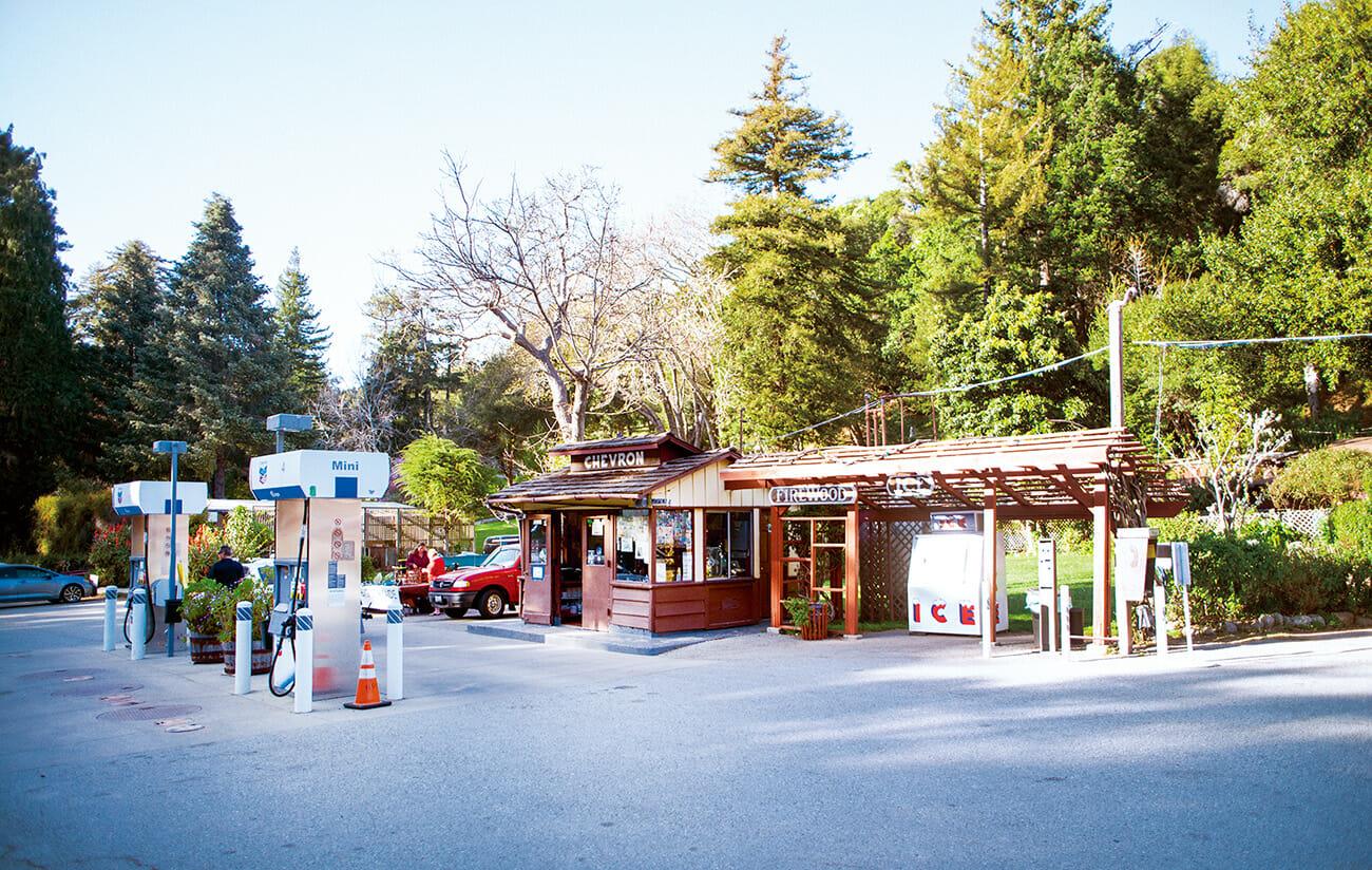 店らしい店もほとんど存在しない。買い物は昔ながらのガソリンスタンドで。