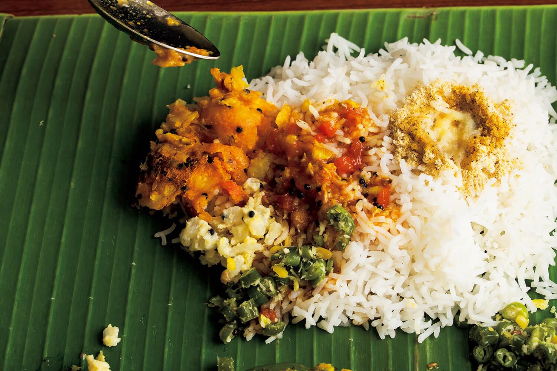 南インドの食文化に深く通じた日本人オーナーが、食べ方をレクチャーしてくれる。