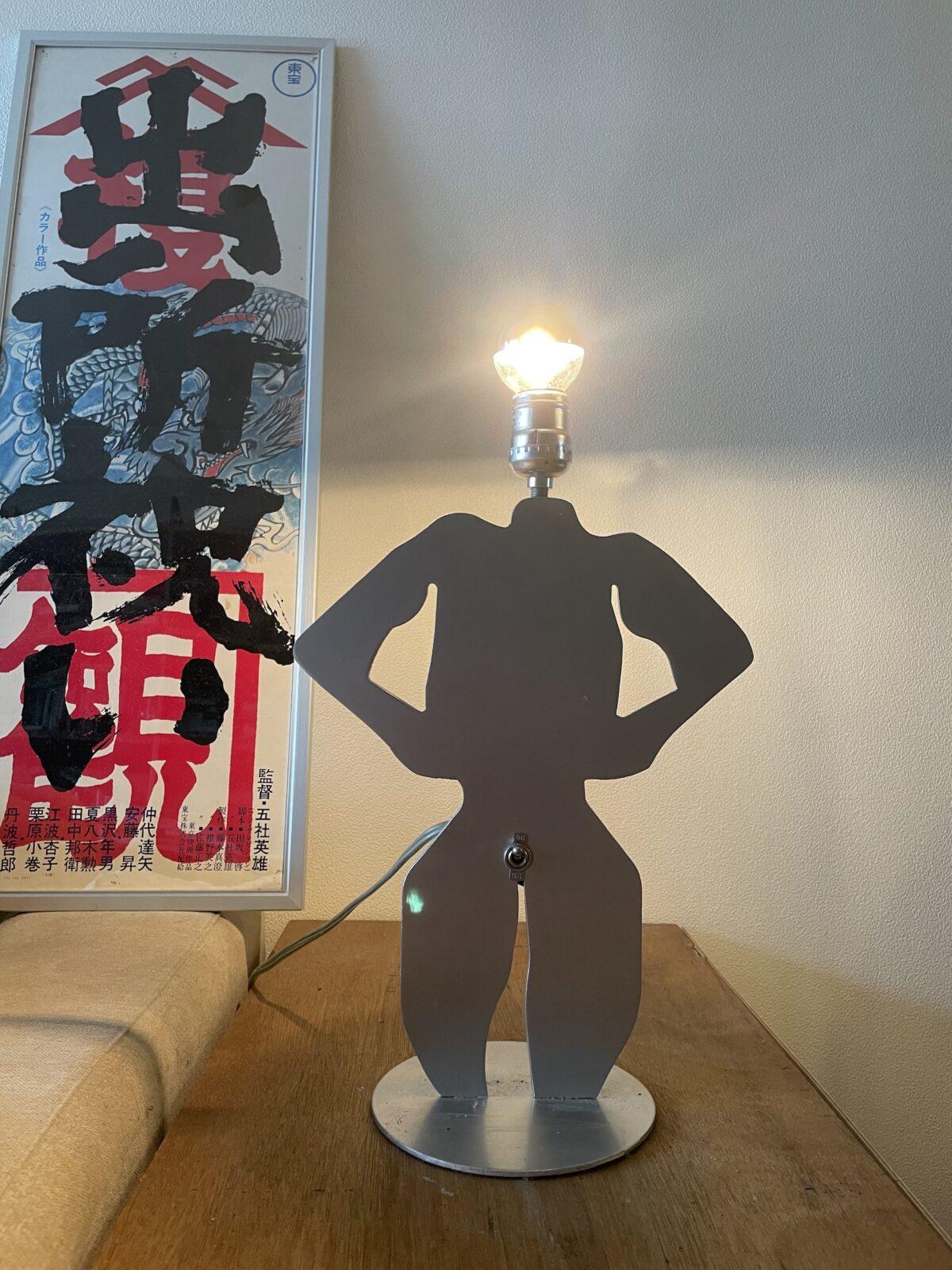 男性の体の形をしたライト。ペニスがスイッチになっていておっ立てると点灯する。どこかのおバカさんがDIYしたものらしい。大阪の「YAMASTORE」で購入。奥にあるポスターは1960~70年代に量産されたスピードポスターという縦長の映画ポスターで、作品は五社英雄監督の名作任侠映画。