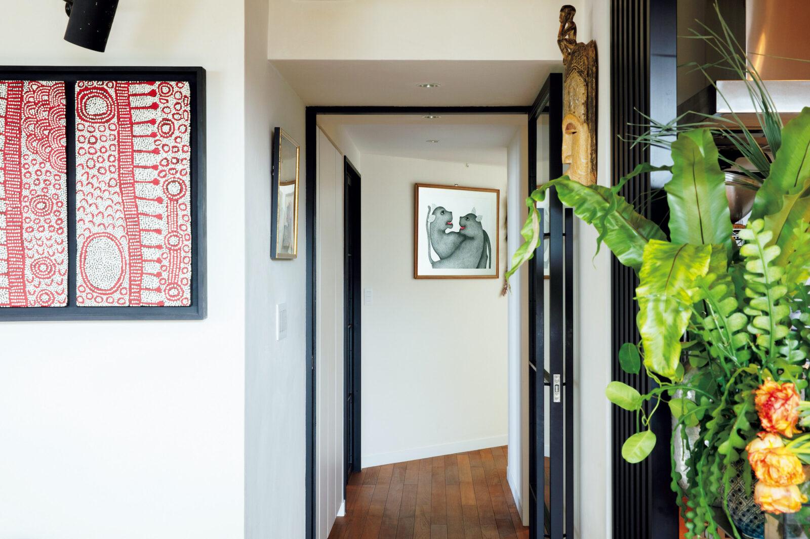 廊下にも漏れなくアートを配置する。奥はインドのデカン高原北部で暮らす民族・ゴンドの絵画。左はオーストラリアで購入したアボリジニの小ぶりのアートを2つ並べて額装した。