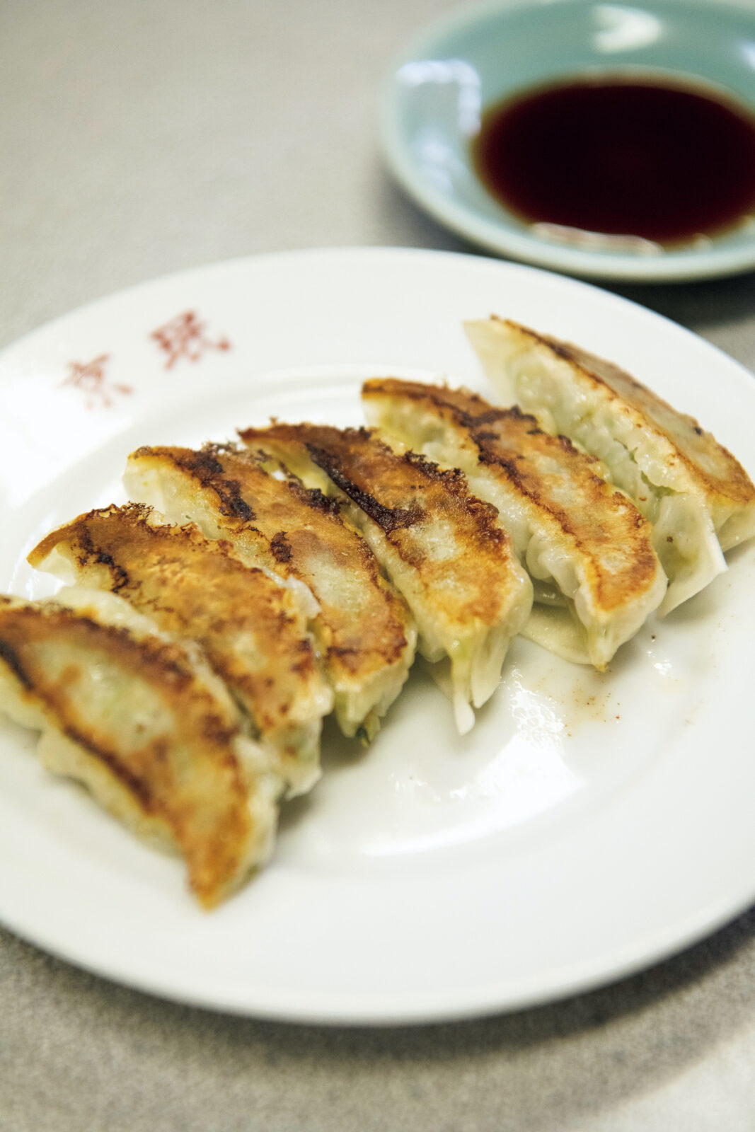 焼き目はカリッと、腹はぽってりふわふわの焼き餃子¥320。