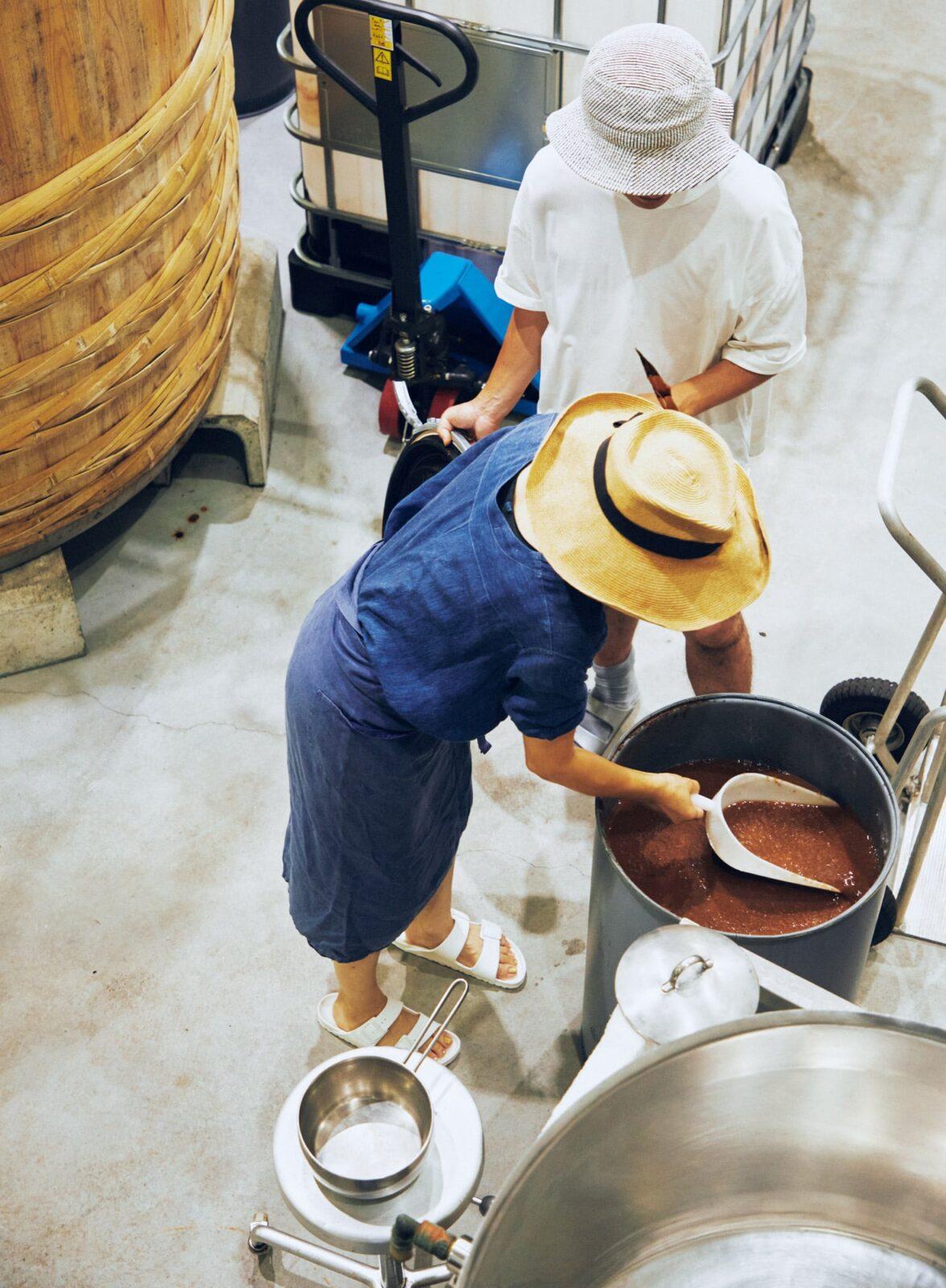 桃や梅など果実を発酵させる工房で。蒸留後に残ったもろみでケチャップを試作中。