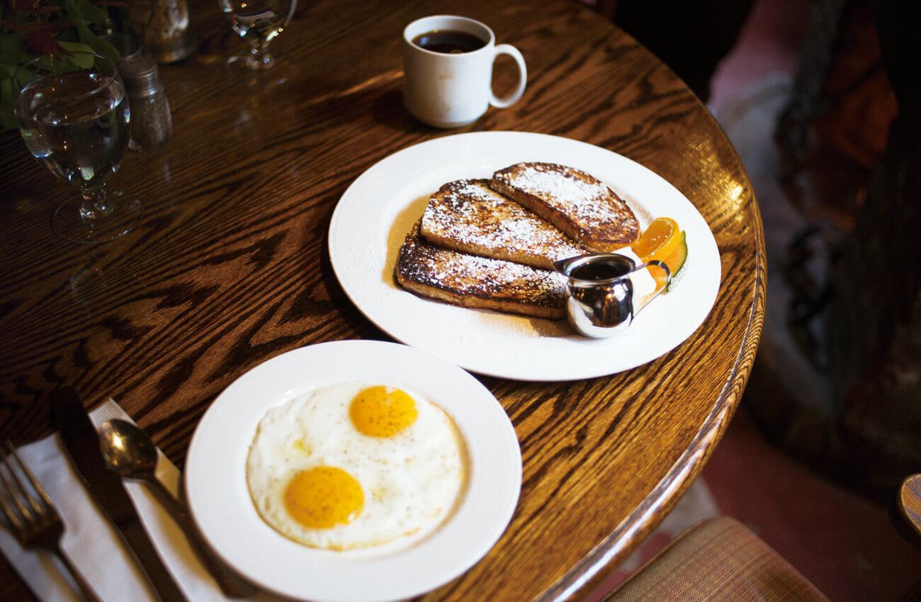 レッドウッドの香りと〈ディージェンス・ビッグ・サー・イン〉での朝食は格別。