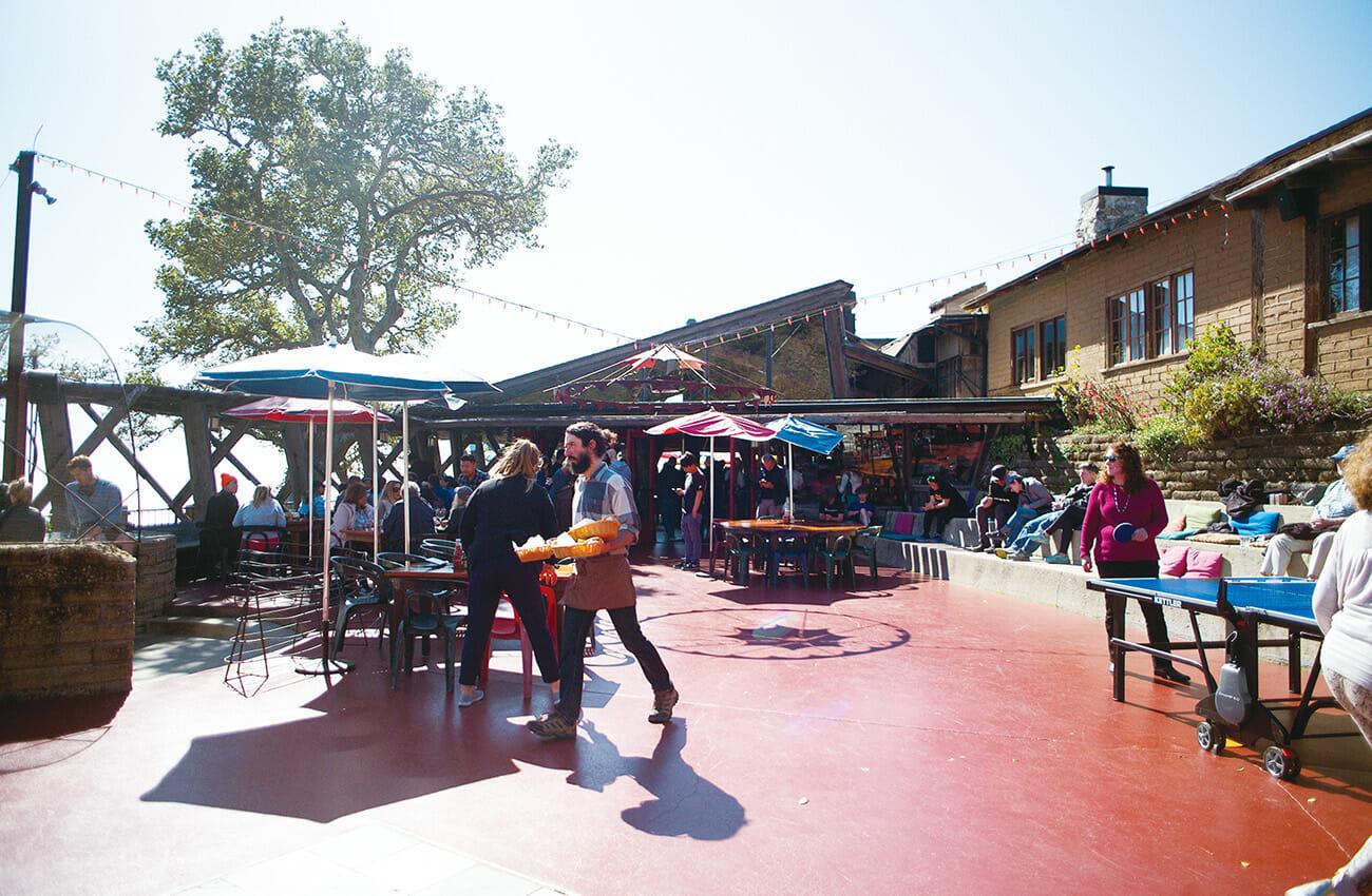 ビッグ・サーにある最大のレストランで ある〈ネペンテス〉。テラス席がおすすめ。