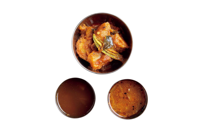 (上から時計回りに)野菜のカレー:カレーは低温調理した鶏肉のチキンマサラA.o.Dや、スモークラム肉のビンダルー、フィッシュカレーなどから、1つ選べる。/カルナータカ サンバル:カルナータカ州スタイルの、豆と野菜の煮込みカレー。店で使う野菜は、味がしっかりした無農薬のものを、農家から仕入れている。/ラッサム:タマリンドの酸味と、コショウの風味が爽やかな、南インド料理に欠かせないスープ。このラッサムと9のサンバルはお代わりできる。