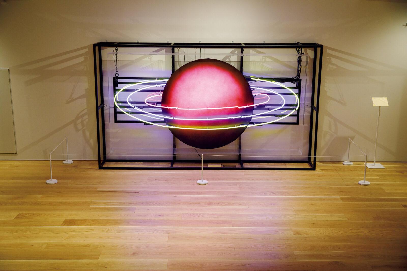 2015年に故・蜷川幸雄の演出により上演された舞台『海辺のカフカ』で使用された「土星」の舞台装置。1階から階段を下りたところに設置されている。